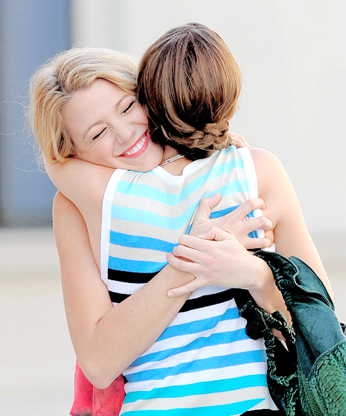 Chicas de la serie gossip girls abrazadas