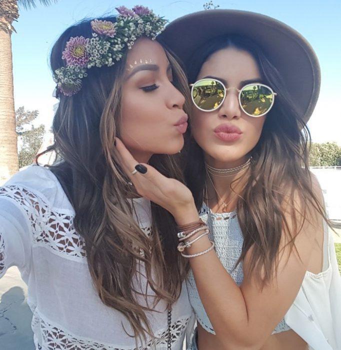 Chica besando en la mejilla a otra