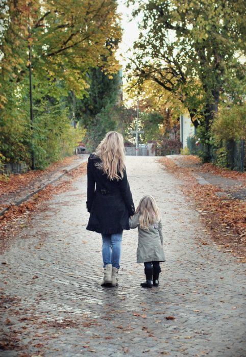 Chica y bebé caminando de la mano
