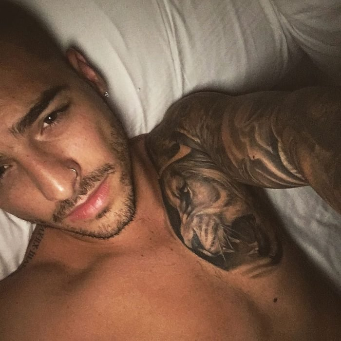 Maluma selfie tatuaje león