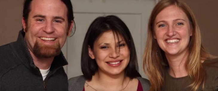 hombre cabello negro y largo, mujer morena cabello corto y mujer rubia sonriendo