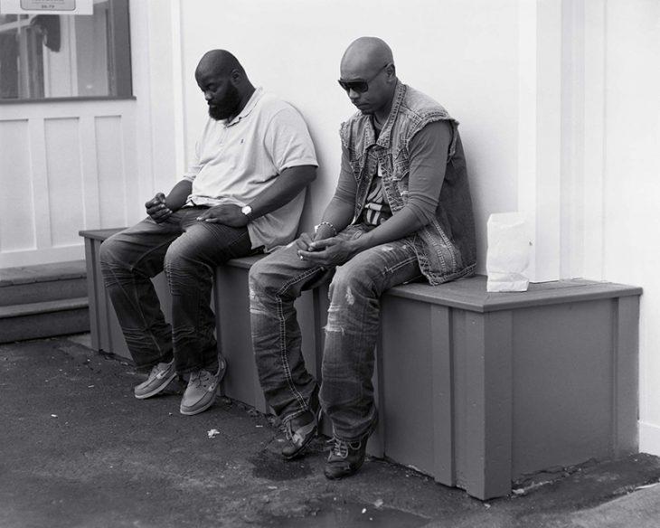 par de hombres rapados sentados
