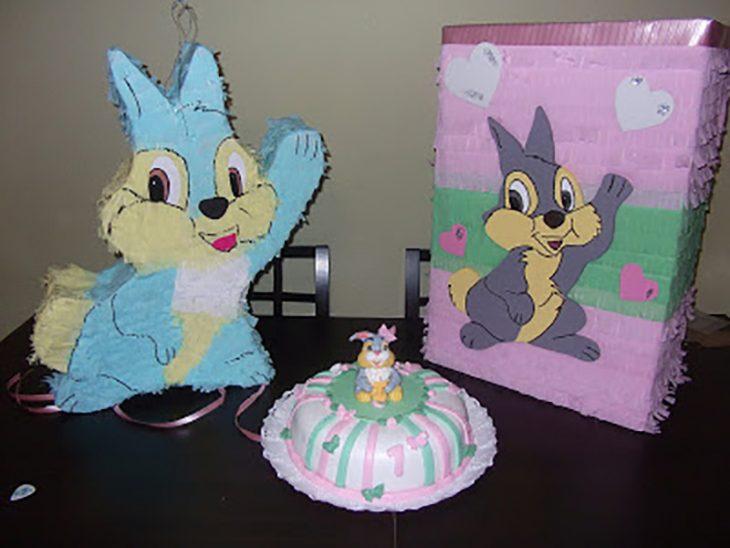 piñata pastel y caja con dibujo de conejito