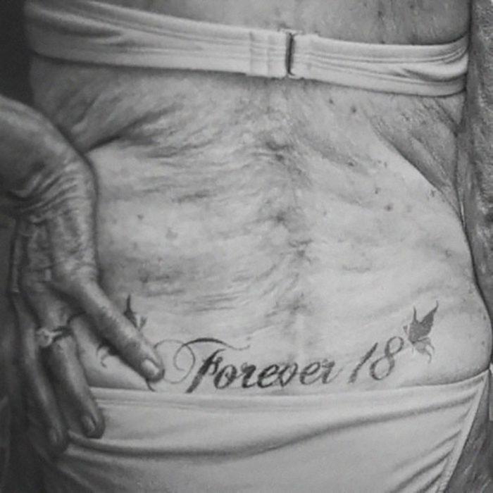 Tatuaje en la espalda baja de una señora mayor