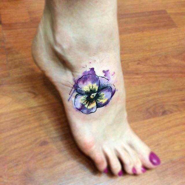Tatuaje en el pie de violeta