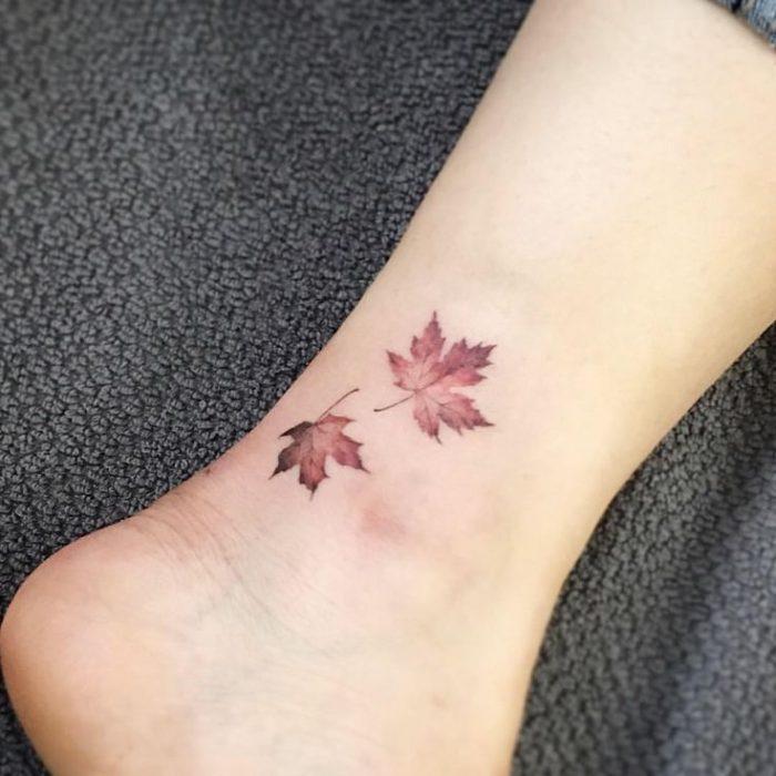 Hojas de otoño tatuaje en el pie