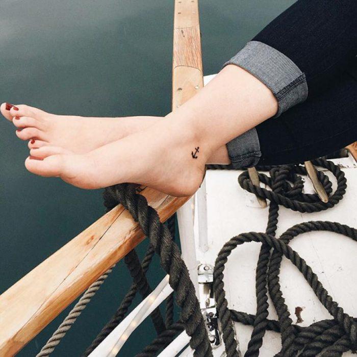 tatuaje en el pie de ancla