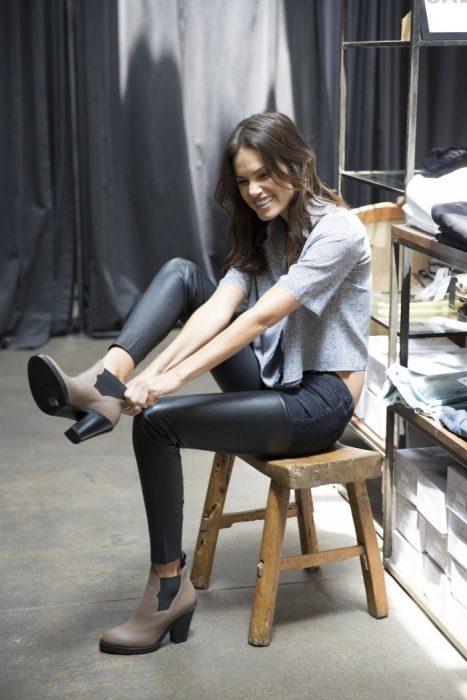 Chica tratando de ponerse los zapatos