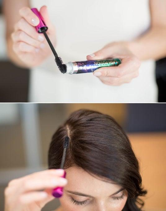 Chica aplicando mascara de pestañas en su cabello para ocultar las canas