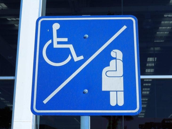señalamiento de estacionamiento para discapacitados y embarazadas