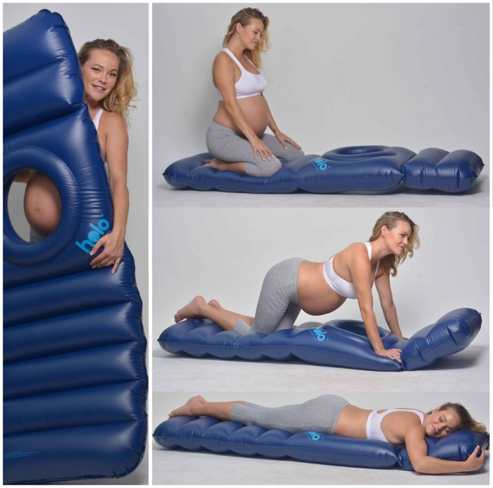 Chica embarazada recostada boca abajo en una cama de piscina inflable