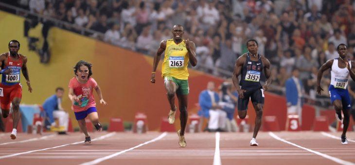 atletas corriendo y niña en medio
