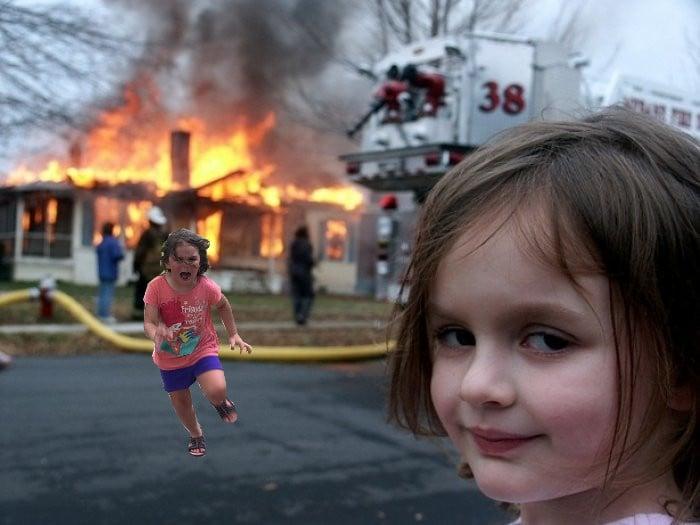 niña corriendo sobre meme de casa quemada