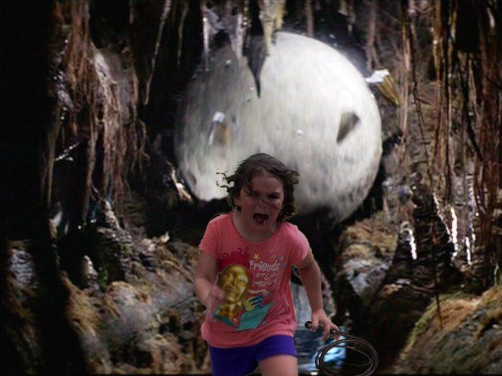 niña corriendo de una roca grande