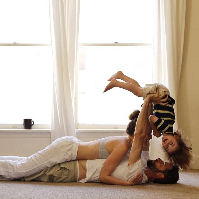 Pareja cargando a su hijo en brazos