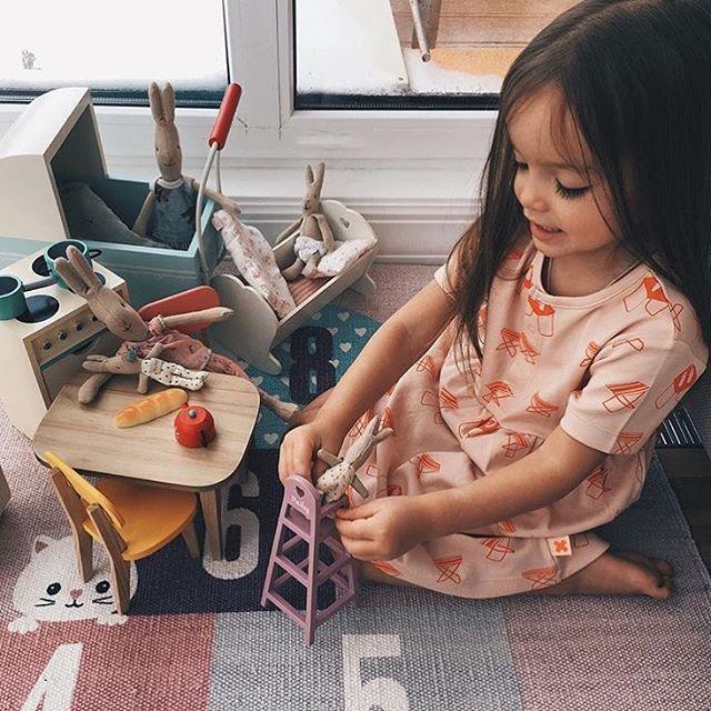 Niña jugando con muñecos de trapo