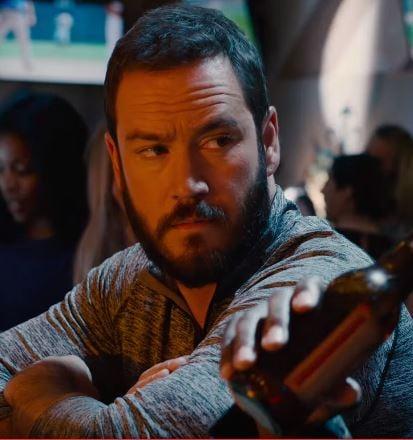 Actor Zack Morris de salvados por la campana con el cabello negro y barba