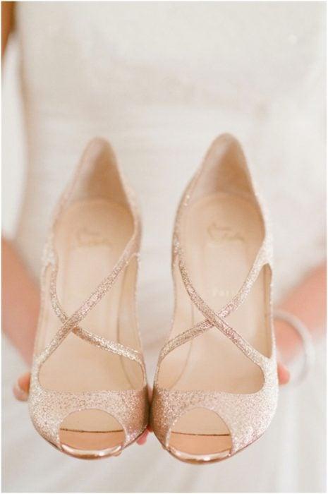 Zapatos de novia color beige con tiras doradas