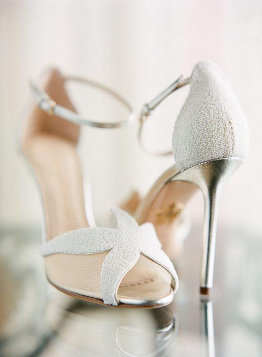 Zapatos de novia color blanco con una estrella de mar al frente