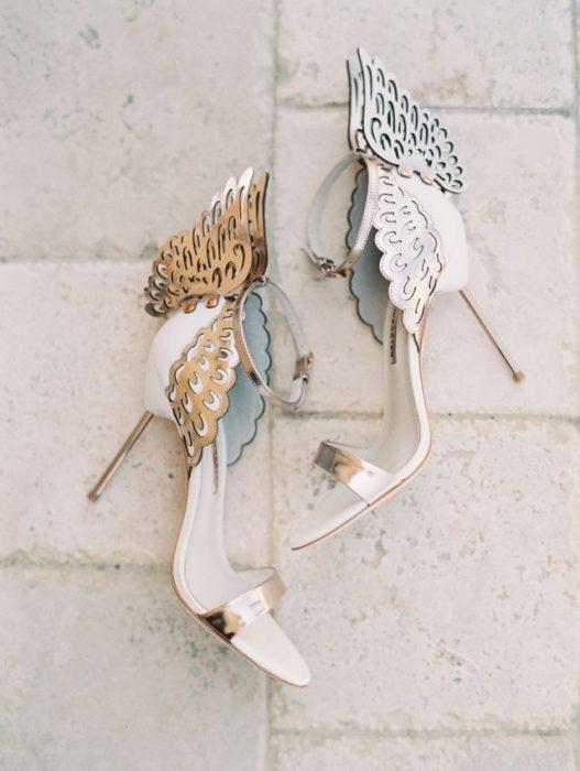 Zapatos de novia color blanco con alas doradas