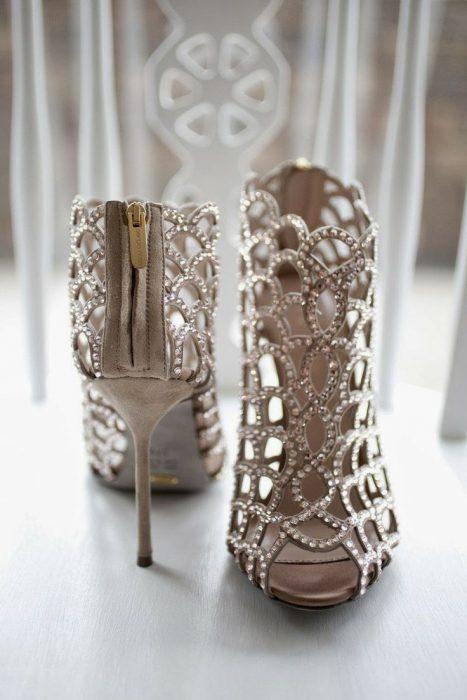 Zapatos de novia color blanco en forma de botín con piedras doradas