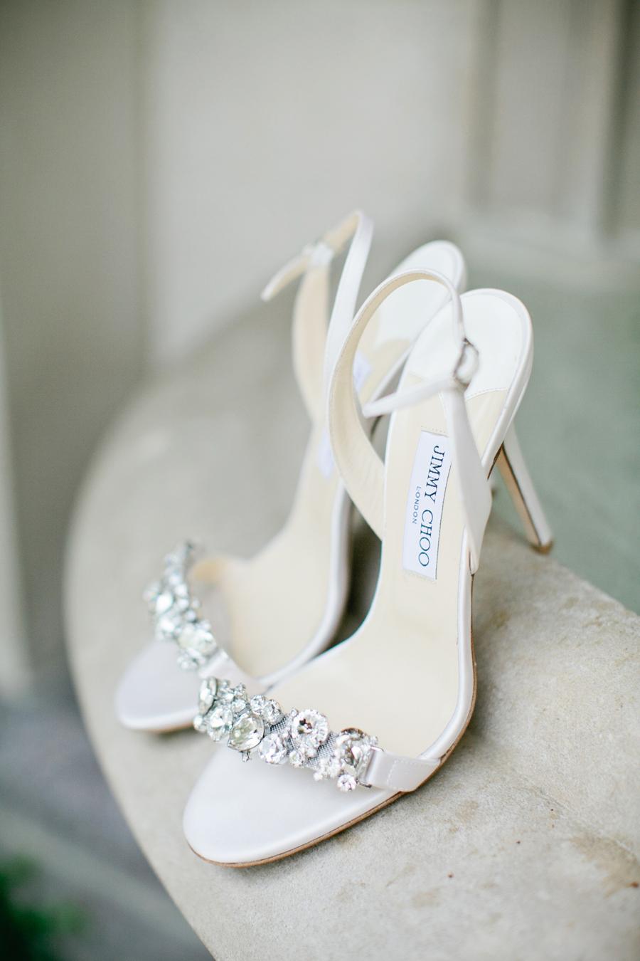 d8daee3cc8 Zapatos de novia color blanco con piedras en la parte de enfrente
