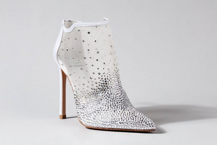 Zapatos de novia color blanco tipo botín con piedras