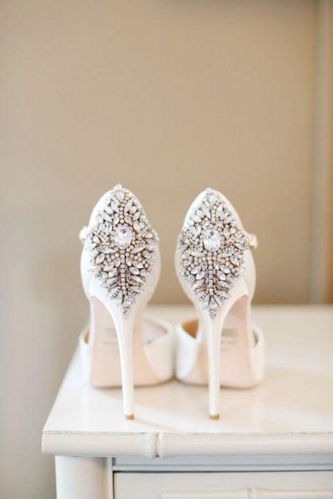 Zapatos de novia color blanco con adornos en color plata