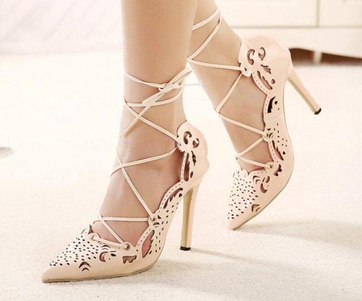 Zapatos de novia color beige con correas