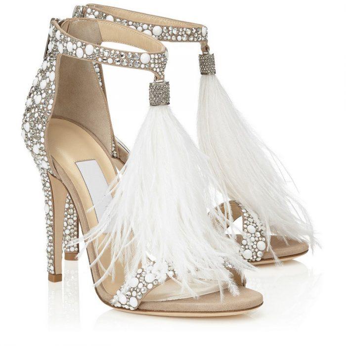 Zapatos de novia color beige con plumas en la parte de adelante