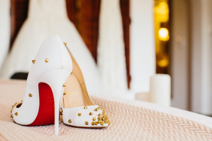 Zapatos de novia color blanco con adornos de estoperoles en color dorado