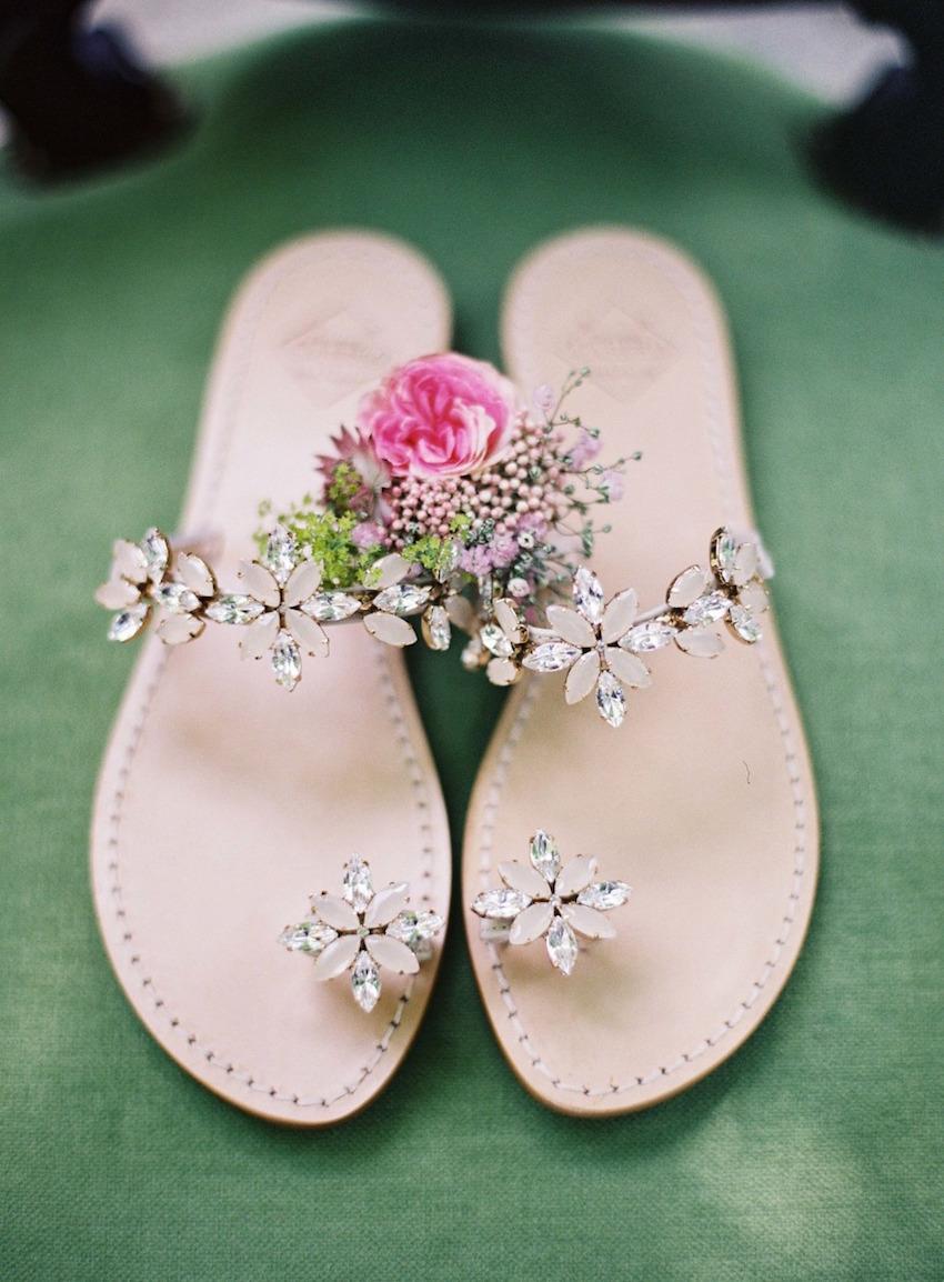 df9a588906 Zapatos de novia color piel tipo sandalias con flores de piedras