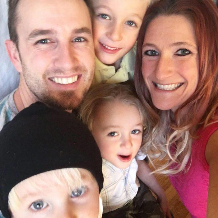 hombre con tres hijos y esposa sonriendo