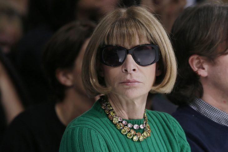 mujer rubia cabello corto y lentes oscuros