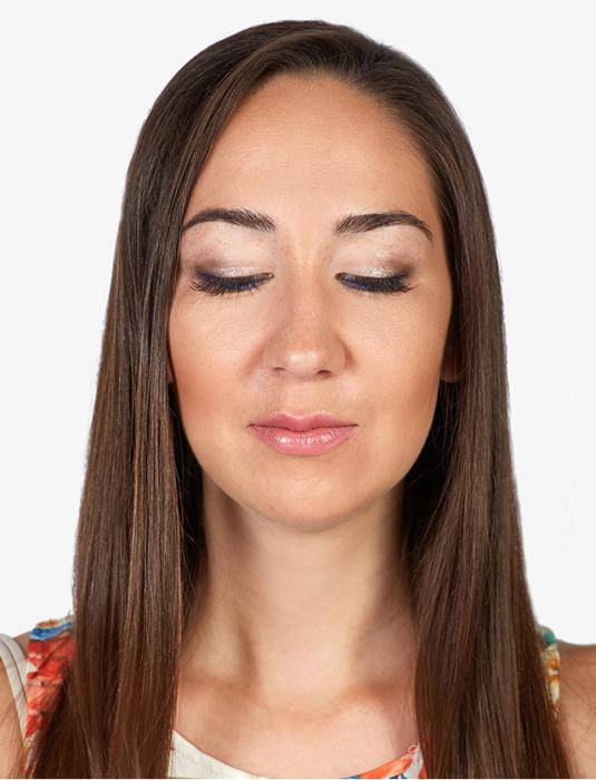 Mujer de cabello largo con los ojos cerrados usando maquillaje Armani