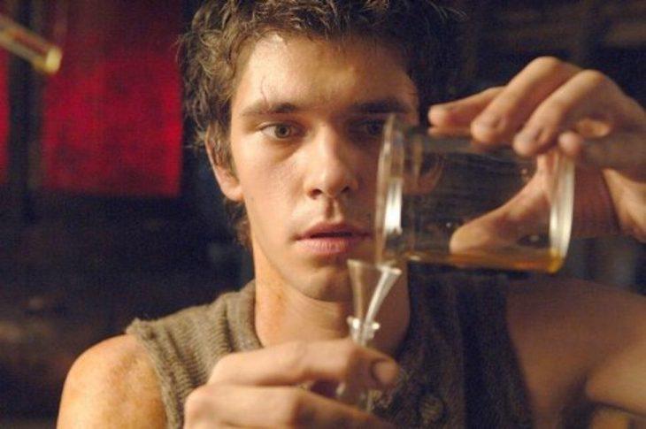 hombre piel morena con frascos vaciando liquidos