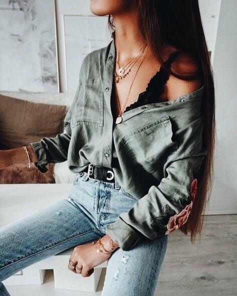 chica con blusa de mezclilla