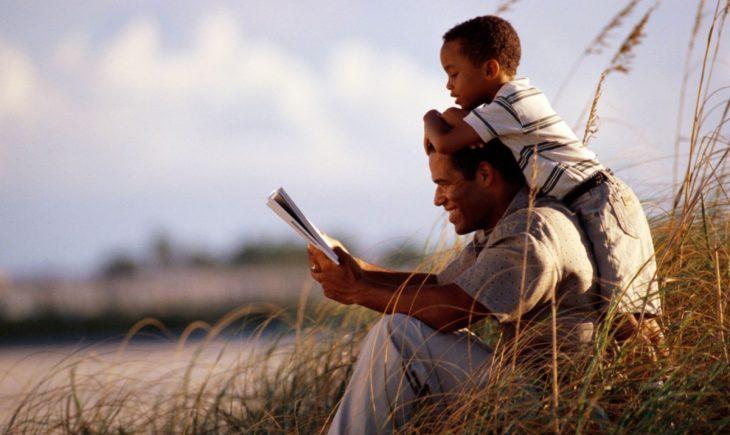 Padre leyendo a su hijo