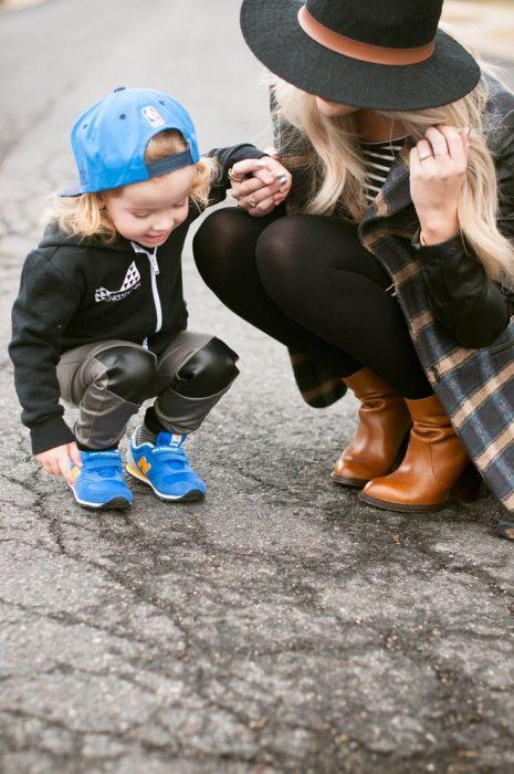 Madre e hijo mirando al pavimento