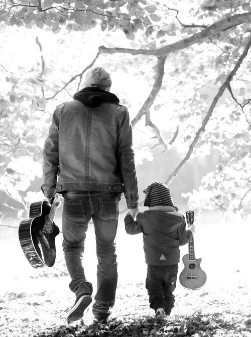 Padre e hijo con guitarra en mano
