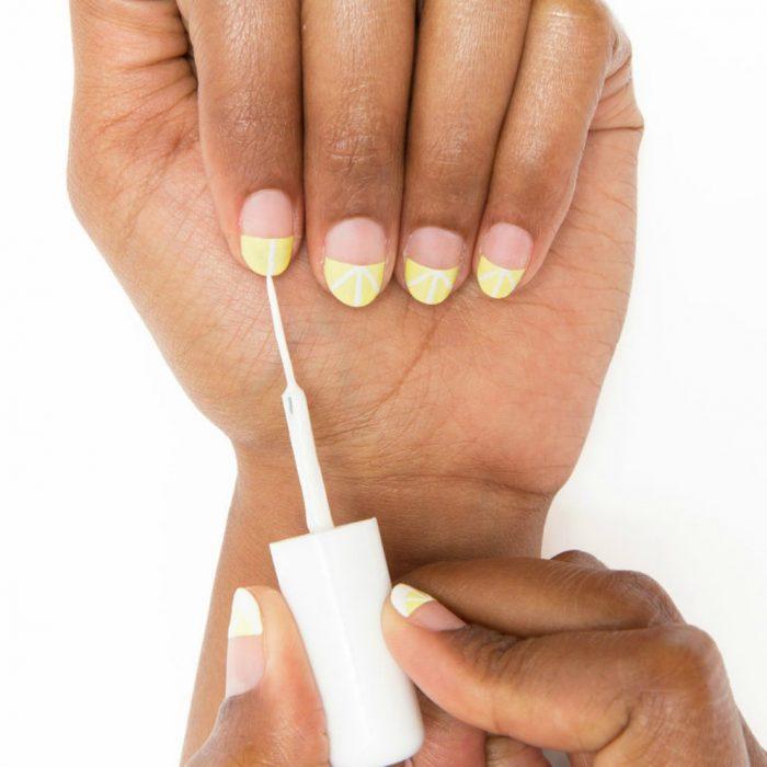 manos de mujer morena con diseño de rodajas de limon