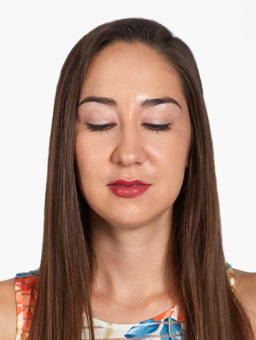 Mujer de cabello largo con los ojos cerrados usando maquillaje Givenchy