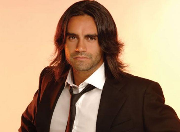 hombre con cabello largo y saco y corbata