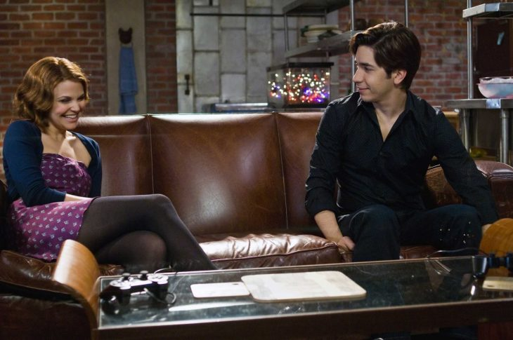 mujer de cabello corto sentada en sillón con un hombre