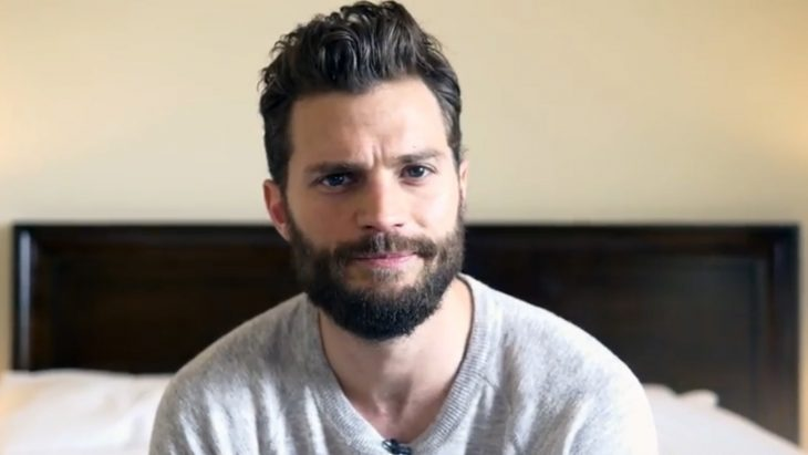 hombre guapo con barba sentado en la cama