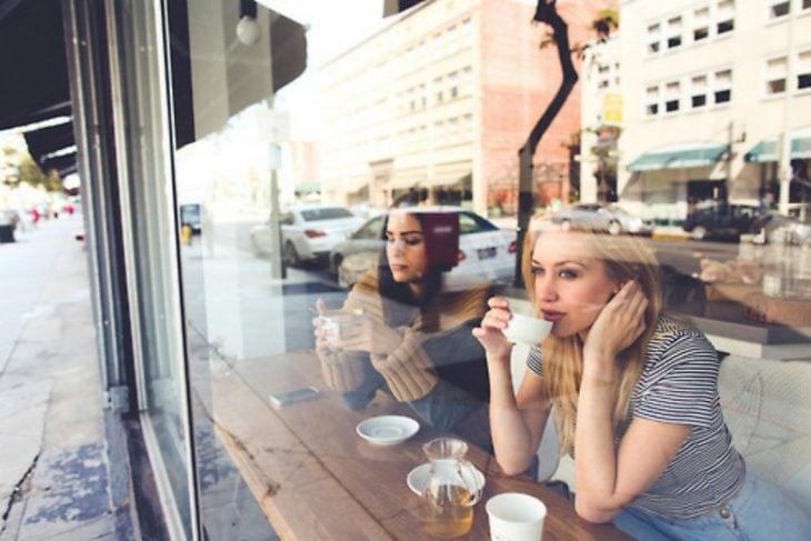 Amigas bebiendo un café.