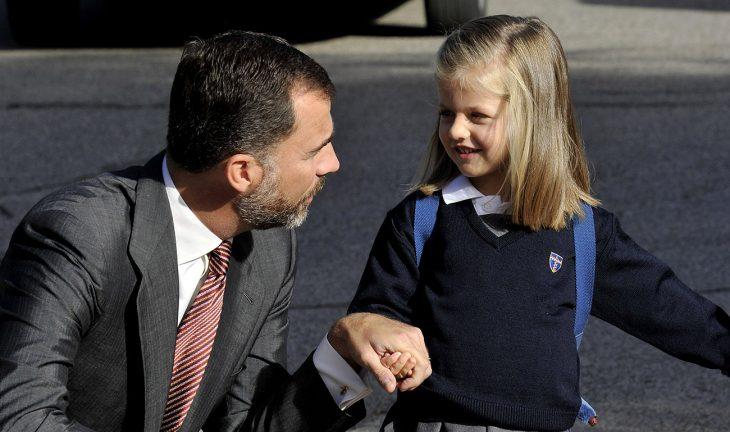 hombre mira a su hija con una mochila