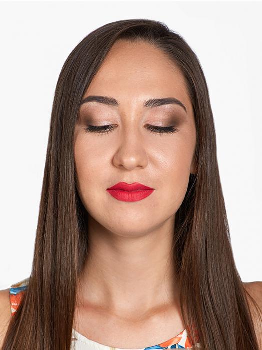 Mujer de cabello largo con los ojos cerrados usando maquillaje Mac