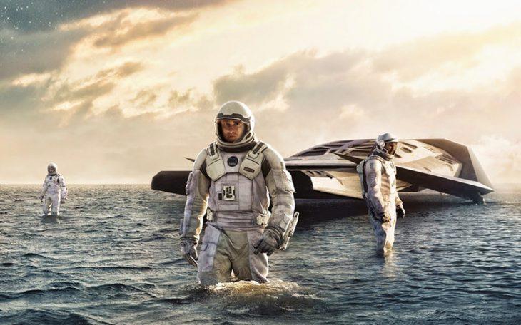 hombres astronautas con nave y el oceano