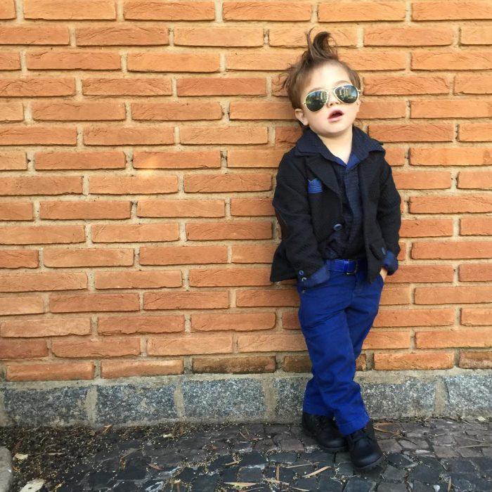 Niño minifashionista usando un traje de color azul